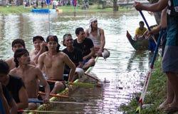 暹粒,柬埔寨- 2016年11月:休息由河的边缘的传统亚裔小船竟赛者在实践期间 免版税库存图片