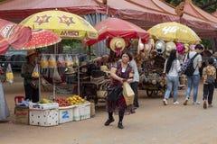 暹粒,柬埔寨- 2018年4月14日:妇女买在开放水果市场上的食物 库存照片