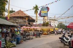 暹粒,柬埔寨- 2018年3月25日:纪念品和工艺天视图夜市场  旅游胜地在柬埔寨城市 库存图片