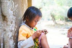 暹粒,柬埔寨2014年2月4日:一个小组未认出 库存照片