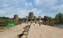 暹粒,柬埔寨- 2015年12月2日:人们在吴哥窟参观在外面封入物的西部的被破坏的塔 库存图片