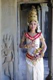 暹粒,柬埔寨2011年11月25日:未认出的传统服装的高棉妇女古典舞蹈家在吴哥窟11月25,2011, 库存图片