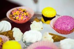 曲奇饼、蛋糕和其他甜点在党 免版税库存照片
