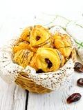 曲奇饼与在篮子的日期在轻的委员会 免版税图库摄影