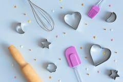 曲奇饼切削刀、飞奔和滚针在蓝色背景 面包店和糖果商概念 贝克的工具 免版税库存图片