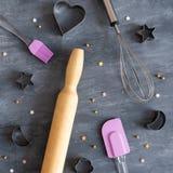 曲奇饼切削刀、飞奔和滚针在黑暗的背景 面包店和糖果商概念 免版税库存图片