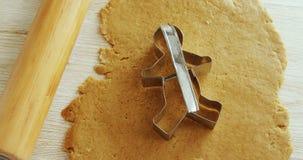 曲奇饼切削刀被安置在被铺平的面团4k 影视素材