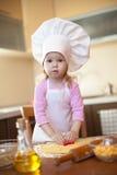 曲奇饼剪切面团女孩厨房一点 免版税库存照片