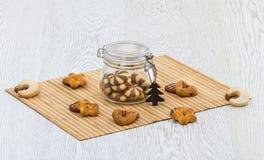 曲奇饼和一个瓶子在厨房用桌上的饼干 图库摄影