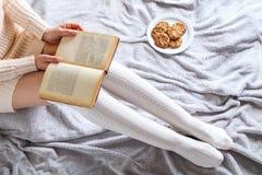 曲奇饼和书 免版税库存照片