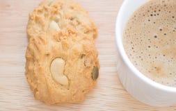 曲奇饼和咖啡在木刻 免版税图库摄影