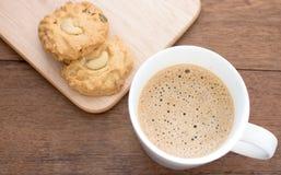 曲奇饼和咖啡在木头 免版税库存图片