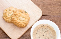 曲奇饼和咖啡在木刻 免版税库存照片