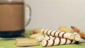 曲奇饼和咖啡在白色桌自转 股票录像