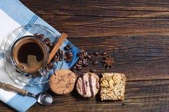 曲奇饼和咖啡杯 免版税库存照片
