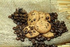 曲奇饼和咖啡豆 免版税图库摄影