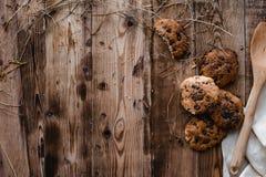 曲奇饼和在木桌上 免版税库存照片