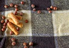 曲奇饼和坚果在背景中 图库摄影