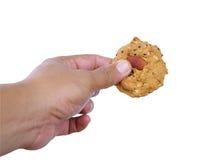 曲奇饼和手在白色 免版税库存照片