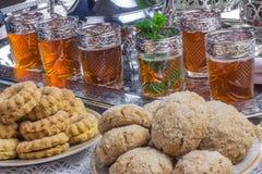 曲奇饼和摩洛哥薄荷的茶 免版税库存图片