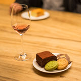 曲奇饼和果仁巧克力用桃红葡萄酒酒 库存图片