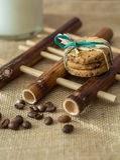 曲奇饼和牛奶在竹垫 库存图片