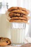 曲奇饼和牛奶特写镜头 免版税库存照片
