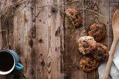 曲奇饼和茶在木桌上的 免版税库存照片