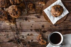曲奇饼和茶在木桌上的 免版税库存图片