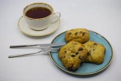 曲奇饼和茶在桌上 库存图片