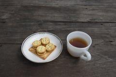曲奇饼和茶杯在桌上 库存图片