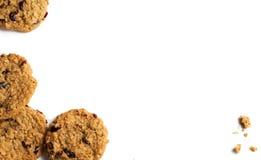 从曲奇饼和面包屑的水平的框架 查出在白色 库存照片