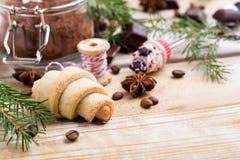 曲奇饼和香料与某一杉树分支 库存照片