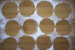 曲奇饼圆的踪影从糖粉末的在一个竹委员会, 库存图片