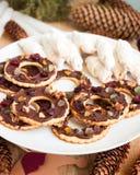 曲奇饼巧克力黑貂和kifli在新年或圣诞节装饰 土气样式,选择聚焦 库存照片