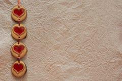曲奇饼心脏在华伦泰` s天之前 免版税库存照片