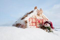 曲奇饼愉快的房子雪人 免版税图库摄影