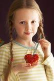曲奇饼拿着形状的工作室的女孩重点&# 免版税库存照片