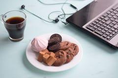 曲奇饼板材用巧克力软糖和蛋白软糖在backg 免版税库存图片