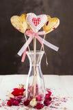 曲奇饼流行以心脏和心脏的形式从织品与芽 免版税库存图片