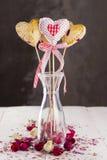 曲奇饼流行以心脏和心脏的形式从织品与芽 免版税库存照片