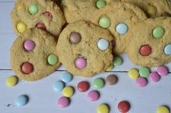 曲奇饼用五颜六色的糖果 免版税库存照片