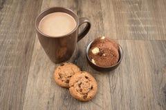曲奇饼用在一个木背景股票图象的牛奶 库存照片
