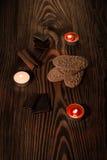 曲奇饼用在一棵棕色树的巧克力与蜡烛 免版税库存照片