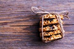 曲奇饼用在木背景的巧克力 酥皮点心,甜点,快餐,食物和 库存照片