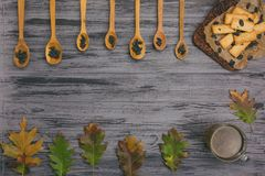 曲奇饼用在木背景的葡萄干 图库摄影