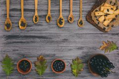 曲奇饼用在木背景的葡萄干 库存图片