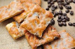 曲奇饼用在棕色帆布的咖啡豆 图库摄影