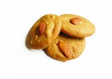 曲奇饼用在白色背景的杏仁 免版税库存照片