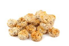曲奇饼用在白色隔绝的杏仁 免版税库存照片